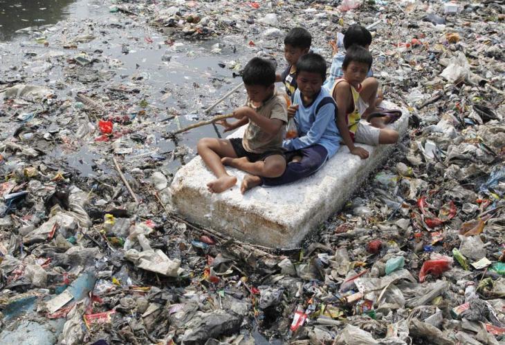 bambini fiume rifiuti.jpg